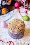 Cake met kleurrijk wordt verfraaid bestrooid op Pasen die Stock Foto