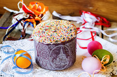 Cake met kleurrijk wordt verfraaid bestrooid op Pasen die Royalty-vrije Stock Fotografie