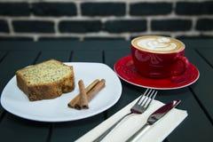 Cake met koffie wordt gediend die Royalty-vrije Stock Foto