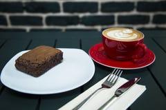 Cake met koffie wordt gediend die Royalty-vrije Stock Afbeelding
