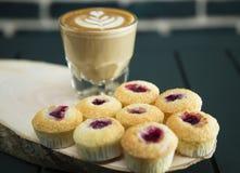 Cake met koffie wordt gediend die Royalty-vrije Stock Fotografie