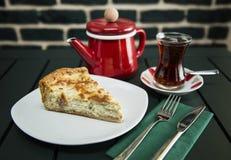 Cake met koffie wordt gediend die Royalty-vrije Stock Afbeeldingen