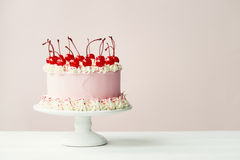 Cake met marasquinkersen die wordt verfraaid Stock Foto
