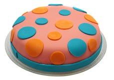 Cake met mastiek op een witte achtergrond wordt geïsoleerd die. Royalty-vrije Stock Afbeelding