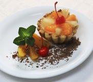 Cake met perzik, kers en munt Stock Afbeeldingen
