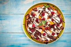 Cake met perziken en frambozen Stock Afbeeldingen