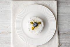 Cake met pistache en bosbes op de witte houten mening van de lijstbovenkant Stock Fotografie