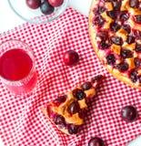 Cake met pruimen en een glascompote voor ontbijt royalty-vrije stock afbeelding