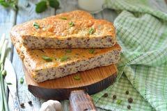 Cake met rode rijst en vlees op de lijst Royalty-vrije Stock Afbeeldingen