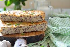 Cake met rode rijst en vlees op de lijst Stock Foto