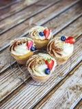 Cake met room en bestrooid met cacao, en aardbeien en bosbessen Royalty-vrije Stock Foto's