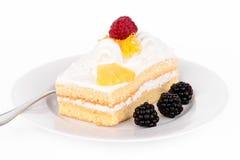 Cake met room en frambozen. Stock Afbeelding