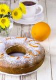 Cake met sinaasappel op een witte plaat Stock Afbeeldingen
