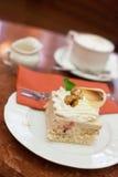 Cake met slagroom en okkernoot Stock Foto