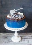 Cake met snoepjes, koekjes, bosbessen en gitaar topper Royalty-vrije Stock Afbeelding