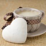 Cake met suikerglazuur in de vorm van hart en een uitgezochte kop van koffie, Stock Foto's