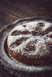 Cake met suikerglazuursuiker op de donkere houten lijst met kantservet Royalty-vrije Stock Afbeelding
