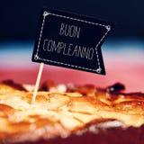 Cake met tekst buon compleanno, gelukkige verjaardag in het Italiaans Stock Foto