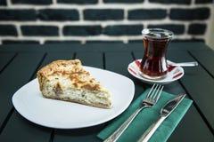 Cake met Turkse thee wordt gediend die Stock Afbeelding