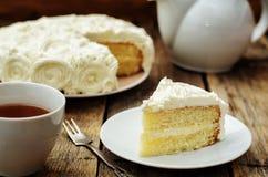 Cake met vanilleroom in de vorm van rozen Royalty-vrije Stock Afbeelding