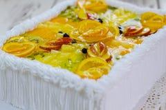 Cake met vruchten stock afbeeldingen