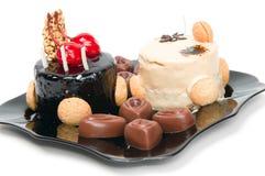 Cake met witte en donkere chocolade en chocolade Royalty-vrije Stock Afbeeldingen