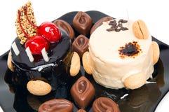 Cake met witte en donkere chocolade en chocolade Stock Afbeeldingen