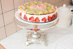 Cake met yoghurt en aardbeien, hart, liefde, op een tribune, de Provence, wijnoogst Royalty-vrije Stock Afbeelding