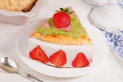 Cake met yoghurt en aardbeien, toch, de Provence, wijnoogst Stock Foto's