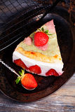 Cake met yoghurt en aardbeien, toch, de Provence, wijnoogst Royalty-vrije Stock Foto