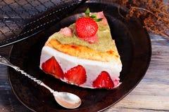 Cake met yoghurt en aardbeien, toch, de Provence, wijnoogst Stock Afbeelding