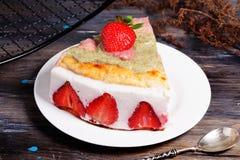 Cake met yoghurt en aardbeien, toch, de Provence, wijnoogst Stock Fotografie