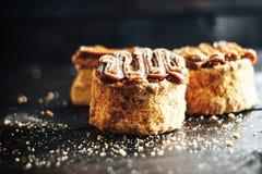 Cake met zoete gekookte condens op donkere houten lijst Stock Afbeeldingen