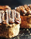 Cake met zoete gekookte dicht omhoog condens en karamel op het Royalty-vrije Stock Foto's