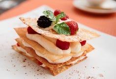 Cake Mille -mille-feuille met frambozen Stock Fotografie