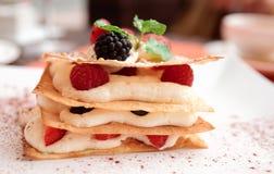 Cake Mille -mille-feuille met frambozen Royalty-vrije Stock Afbeeldingen