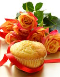 Cake muffin with a bouquet of roses Royalty Free Stock Photography