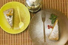 Cake, munt op gekleurde platen met bruine houten achtergrond Stock Foto's