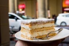 Cake op een plaat op de straatachtergrond stock foto