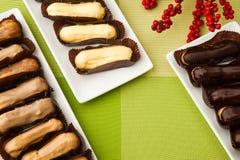 Cake op een vierkante plaat Stock Foto's