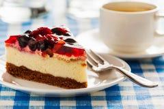 Cake op plaat met vork en koffiekop Stock Afbeelding