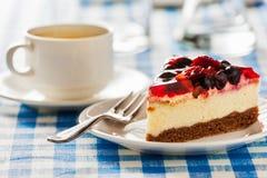 Cake op plaat met vork en koffiekop Stock Foto