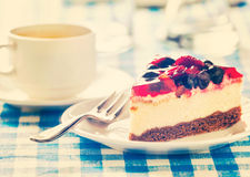 Cake op plaat met vork en koffiekop Royalty-vrije Stock Foto