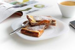 Cake op witte plaat met koffie Stock Foto's