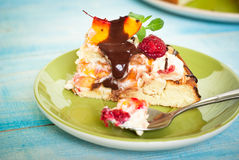 Cake with peaches and raspberries Royalty Free Stock Images