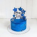 Cake ruimteblauw met peperkoek in de vorm van een vreemdeling en de sterren, de planeten en de bessen Royalty-vrije Stock Afbeelding