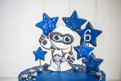 Cake ruimteblauw met peperkoek in de vorm van een vreemdeling en de sterren, de planeten en de bessen Royalty-vrije Stock Foto's