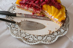 Cake server and knife on a cake plate Royalty Free Stock Photos