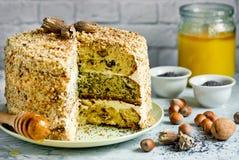 Cake smetannik of algemeen - drie laagcake met noot, papaver en rozijn royalty-vrije stock afbeelding