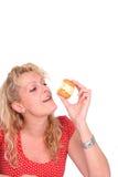 cake som äter kvinnan royaltyfria bilder